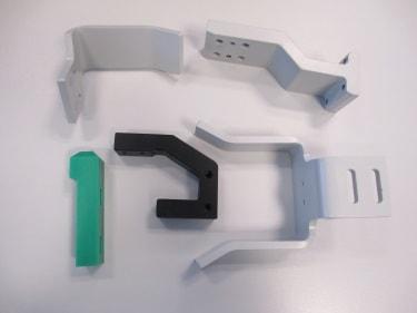 Verschiedene Frästeile aus Stahl und Kunststoff