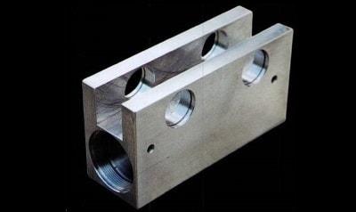 Stahlfrästeile werden bei Doussier kostenoptimiert gefertigt