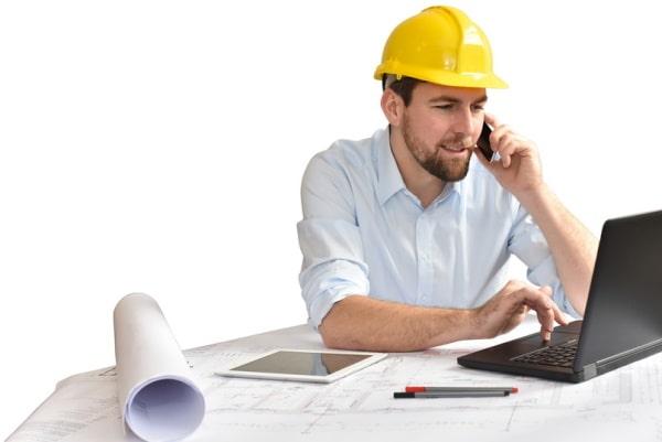 Ingenieur mit Laptop und Telefon in der Auftragsfertigung